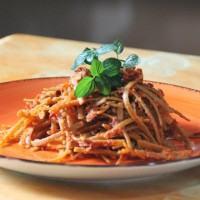 Ecco come si prepara la stroncatura con pescespada, pomodorini e mollica