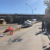 Reggio Calabria, incidente in città. Auto incastrata nel guardrail
