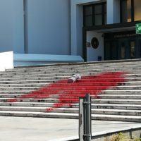 """Manichino senza testa sulle scale del Consiglio Regionale: """"FEM.IN"""" rivendica l'azione"""