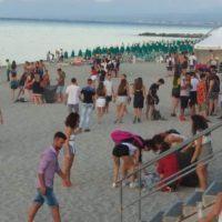 """Roccella - """"L'inizio di una nuova era"""": dopo la festa i giovani puliscono la spiaggia - FOTO"""
