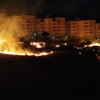 Un grosso incendio sveglia Reggio Calabria: tanta paura