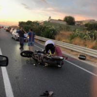 Reggio, SS106: violento scontro tra auto e moto - FOTO