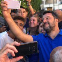 Salvini in Calabria e il coro di 'Bella ciao' in spiaggia - VIDEO