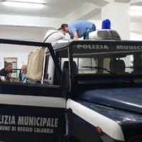 Reggio, storico blitz della Polizia Municipale alle bancarelle - FOTO e VIDEO
