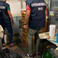 Pessime condizioni igieniche e cibi in cattivo stato di conservazione: locale chiuso in provincia di Reggio