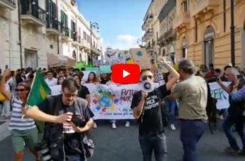 Fridays for future, il corteo dei manifestanti reggini sulle note di 'Bella ciao'