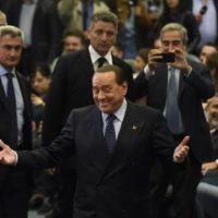 """Berlusconi e """"De Gasperi"""" scendono in piazza con la destra e l'estrema destra"""
