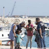 Contattano la Capitaneria per chiedere aiuto: sbarco di migranti in provincia di Reggio