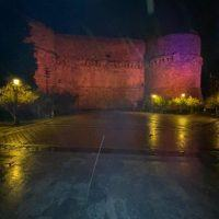 Reggio, il Castello Aragonese si illumina per la lotta alla violenza contro le donne - FOTO