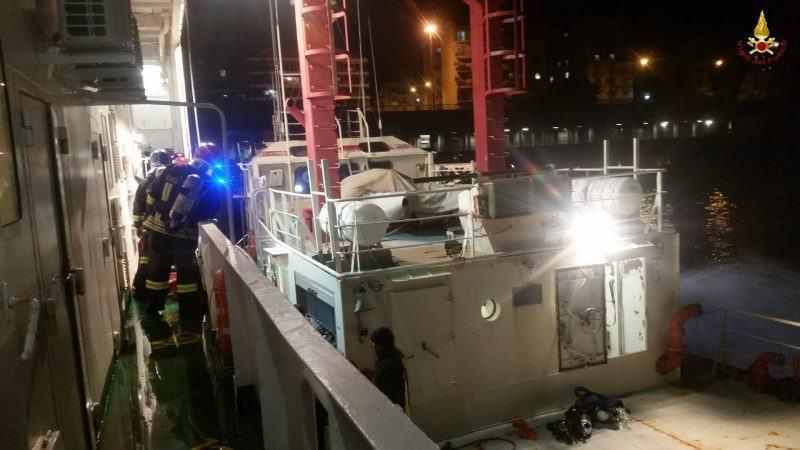 Traghetto in avaria in mezzo allo Stretto, si innesca incendio