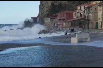 Scilla, forti venti e mareggiate colpiscono la costa reggina (VIDEO)