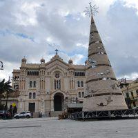 Reggio, in piazza Duomo arriva l'albero di Natale - FOTO