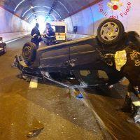 Incidente sulla SS 106, un'auto perde il controllo e si ribalta