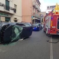 Calabria, perde il controllo dell'auto e si ribalta: due feriti - FOTO