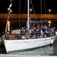 Roccella, arrivati migranti stipati su una barca a vela