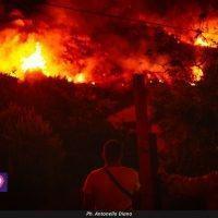 Lazzaro, non si placano le fiamme: richiesto lo stato di calamità naturale