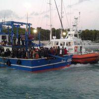 Sbarco di Roccella, predisposto il trasferimento dei migranti positivi al Covid