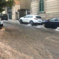 Reggio, si abbattono pioggia e grandine: strade allagate in poco tempo
