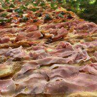 Alla PizzAria dei Campi la PROMO sui tranci di pinsa. Aperti anche stasera