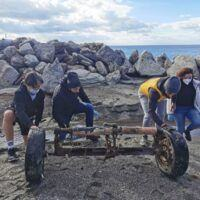 'Volere è potere', Falcomatà e alcuni cittadini ripuliscono la spiaggia del Parco Lineare - FOTO