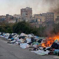 Rifiuti, De Magistris all'attacco: 'Reggio Calabria ancora invasa, serve politica con mani pulite'