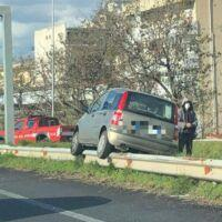 Reggio, incidente sulla SS106: auto incastrata sul guardrail