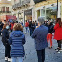 Reggio, commercianti in piazza: 'Moralmente ed economicamente a terra. Tracollo ormai vicino' - FOTO