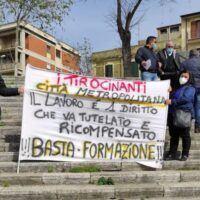 Reggio - Tirocinanti in piazza ancora nel limbo. 'Lavoro vero e non in nero' - FOTO