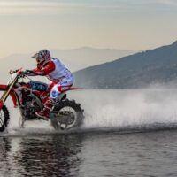 La scommessa di Luca Colombo: traversata dello Stretto di Messina con una moto da cross