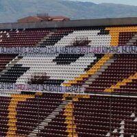 Reggina: i tifosi salutano la squadra con uno striscione in Curva Sud