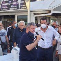 Salvini a Siderno tra applausi, giovani contestatori e una 'dimenticanza'