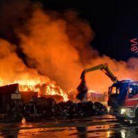 Incendio rifiuti a Villa: Vigili del Fuoco al lavoro da 18 ore - FOTO