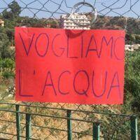 Reggio, case ancora a secco: cittadini in protesta a Vito - FOTO