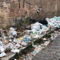 Incubo rifiuti a Reggio: marciapiedi di spazzatura a due passi dai Bronzi - FOTO