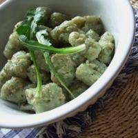 Come preparare gli gnocchi all'ortica con salsa agli spinaci e ricotta: la ricetta